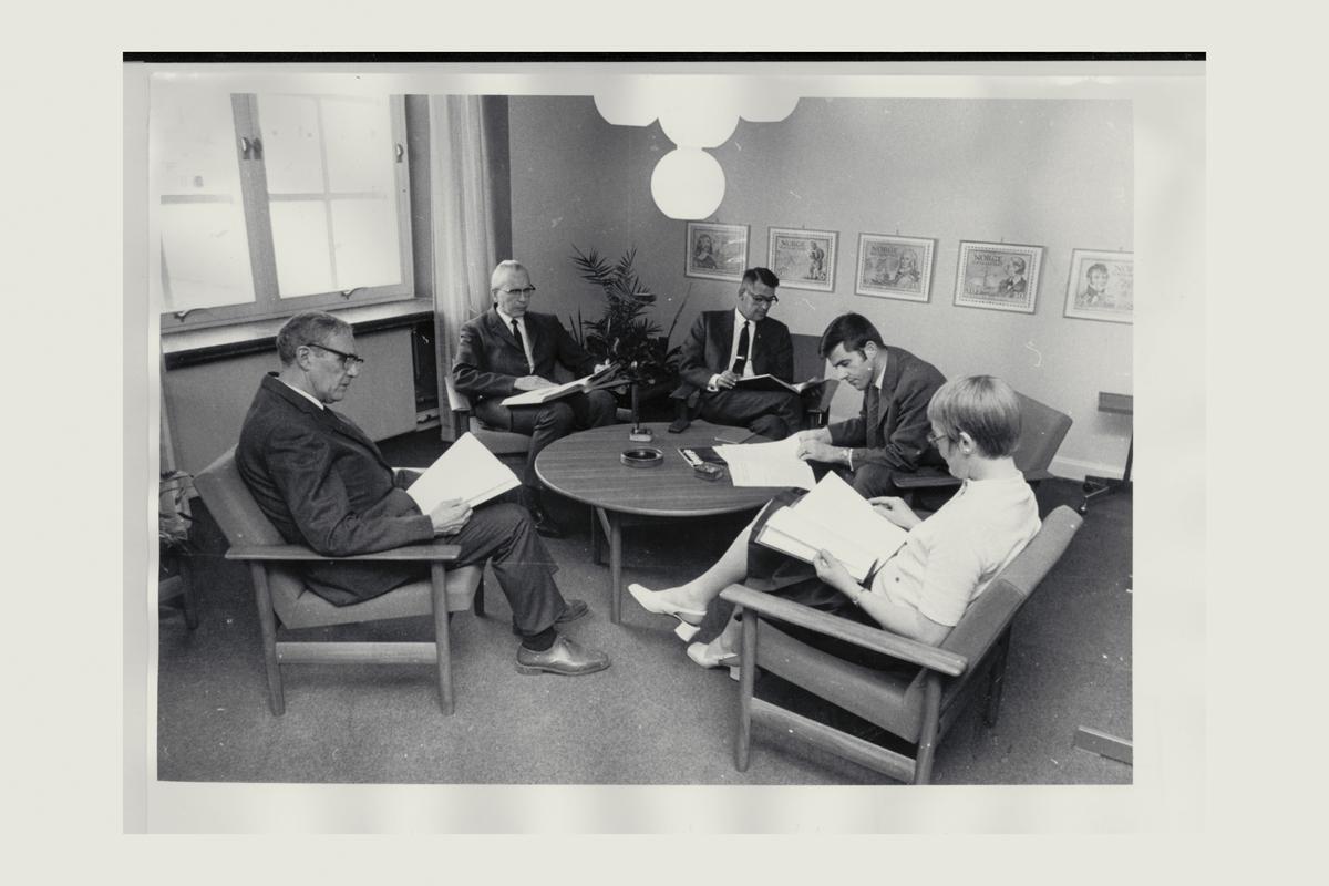 interiør, postbiblioteket, Oslo, fire menn, en kvinne