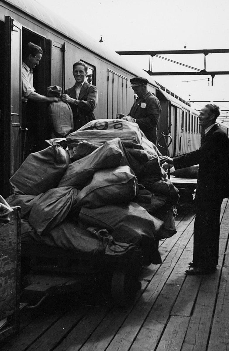 transport, tog, eksteriør, Oslo Ø, lasting, postsekker, fire menn