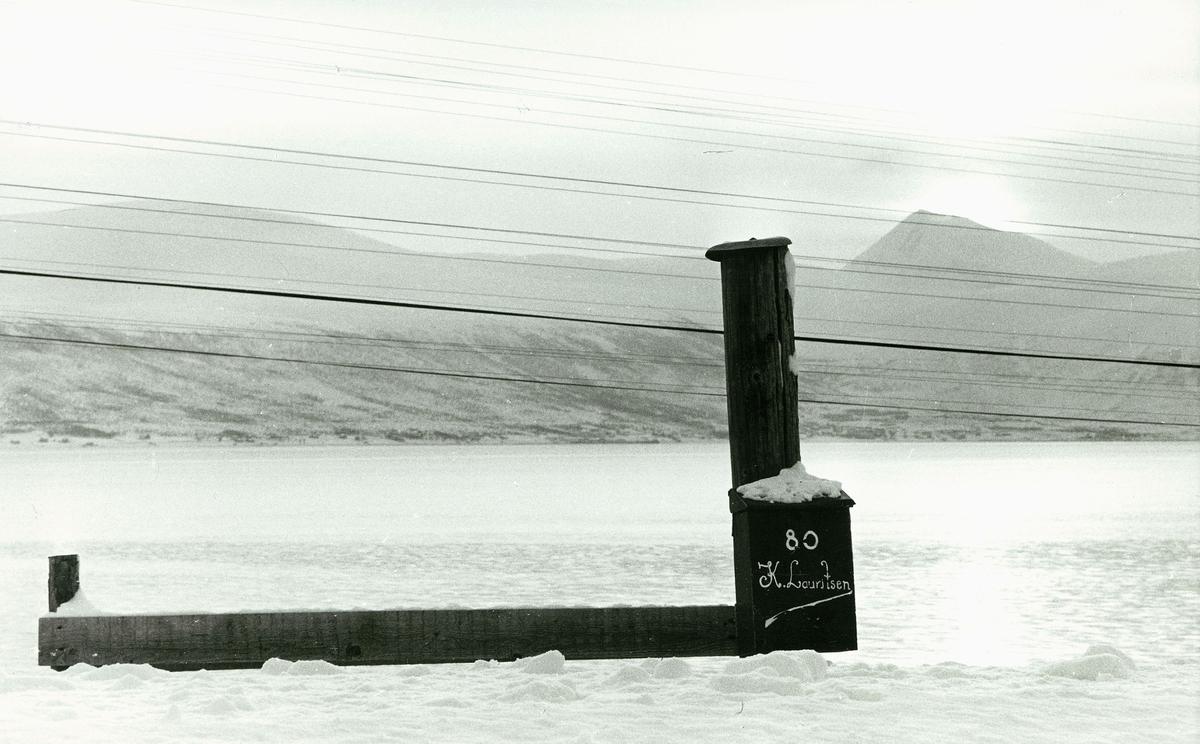 postkasser, privatkasse med navnet K.Lauritsen, mye snø