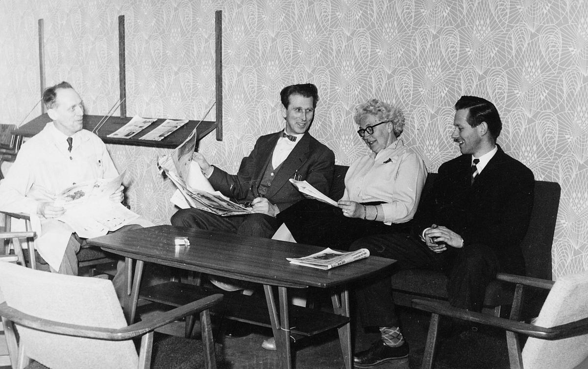 overpakkpostmester Olav Johannnessen, postsjef Ambjørn Ambjørnsen, avdelingsleder Signe Larsen, postkasserer Bernt Haugland, Larvik postkontor