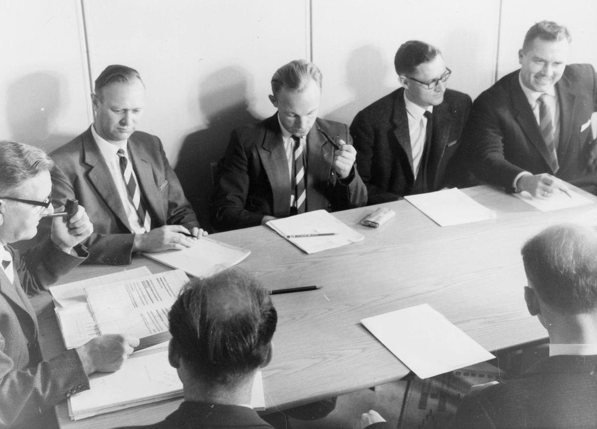 postskolen, undervisningsleder Thv. B. Olsen, Tor Nøding, Lars Myklebust, Helge Tollum, Finn Lambech, Georg Resvoll, Leif Bader, postmøte 1962