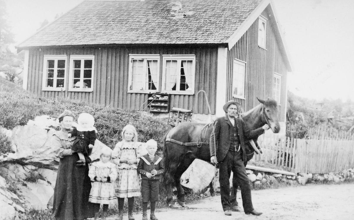 gruppebilde, posthus, Vatnestraum, Iveland kommune, mann, kvinne, barn