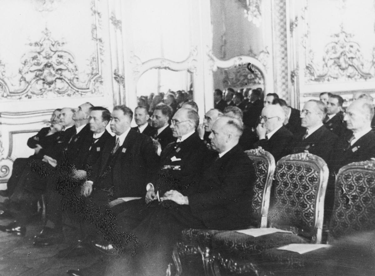 gruppebilde, møte, Wien, Europeisk Postforenings kongress 1942, sal