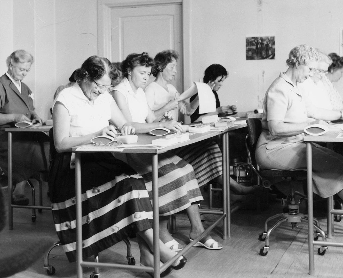 person, postverkets frimerkesalg, produksjon, førstedagsbrev, damer