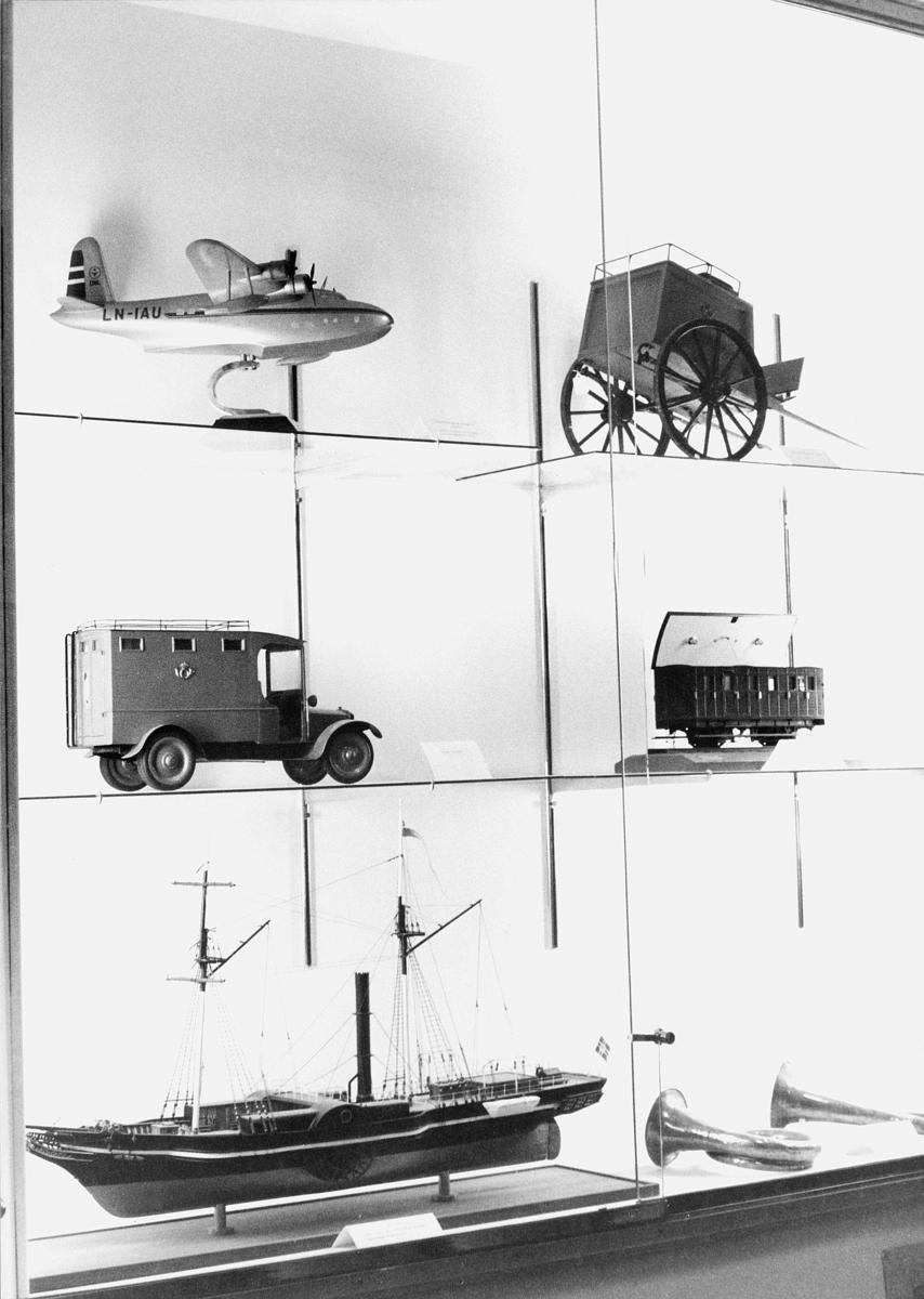 postmuseet, Dronningensgate 15, Oslo, 4. etasje, 1957-1988, fly, postbil med emblem, båt, kjerre med 2 hjul, tog, 2 posthorn