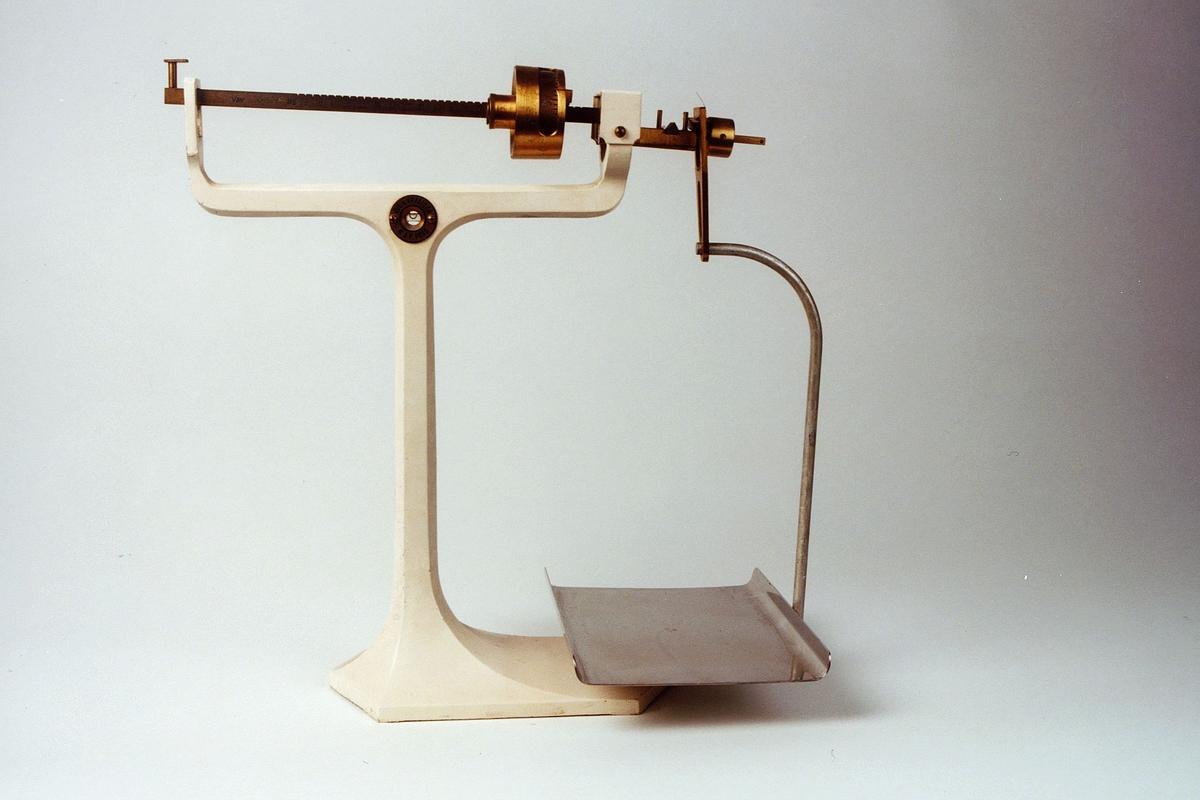 Hvit vekt i støpejern med stål (blank) vektskål. Lovlig fra 8 g til 2 kg Vekten er kontrollert i 1987 av Justervesenet