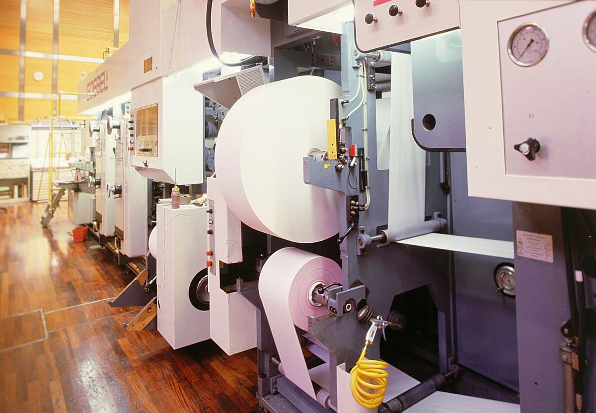 frimerketrykking, Norges bank Seddeltrykkeriet, rotasjonspresse, Goebel frimerkerotasjon, frimerker i produksjon, oversiktsbilde fra siden med bryterpanel, papirrull, valser