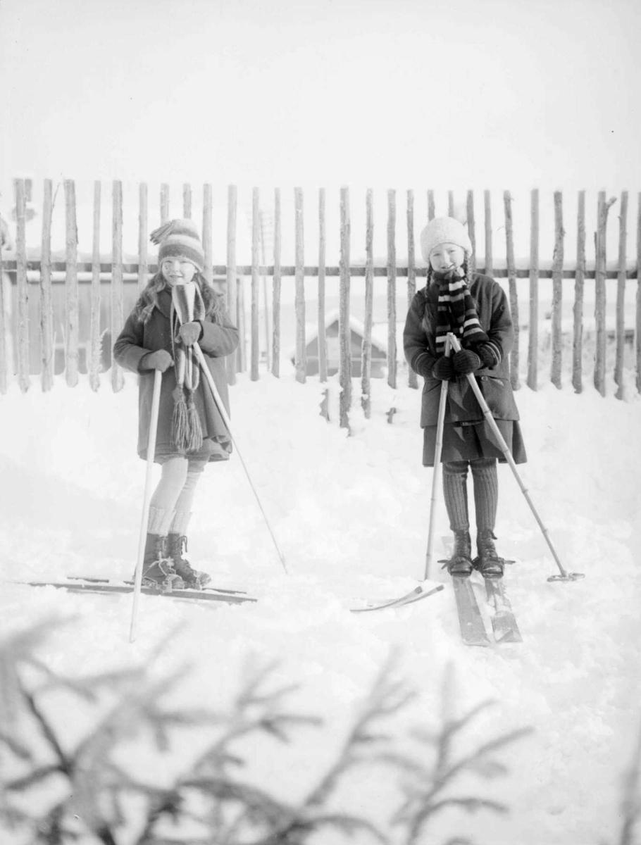 To små piker på ski. Inger Berge og Ellen Mejdell.