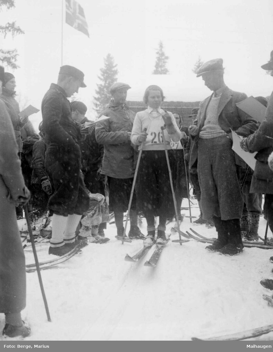 Vinter. Skirenn. Skiløper. Publikum.