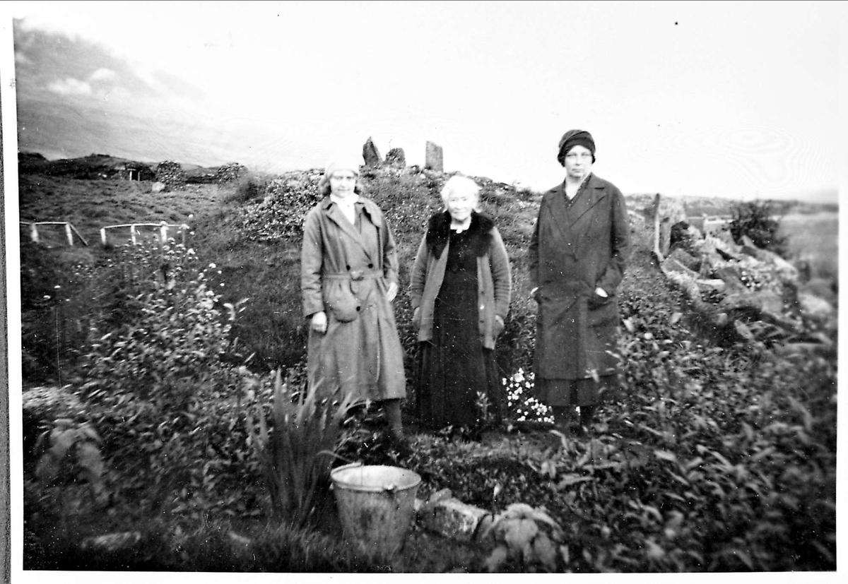 Tre kvinner, fjell,