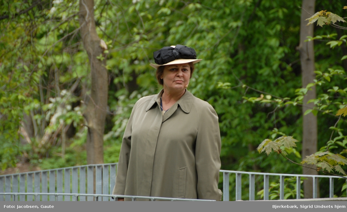 DOK:2007, Bjerkebæk, åpning, Ellen Horn som Sigrid Undset,