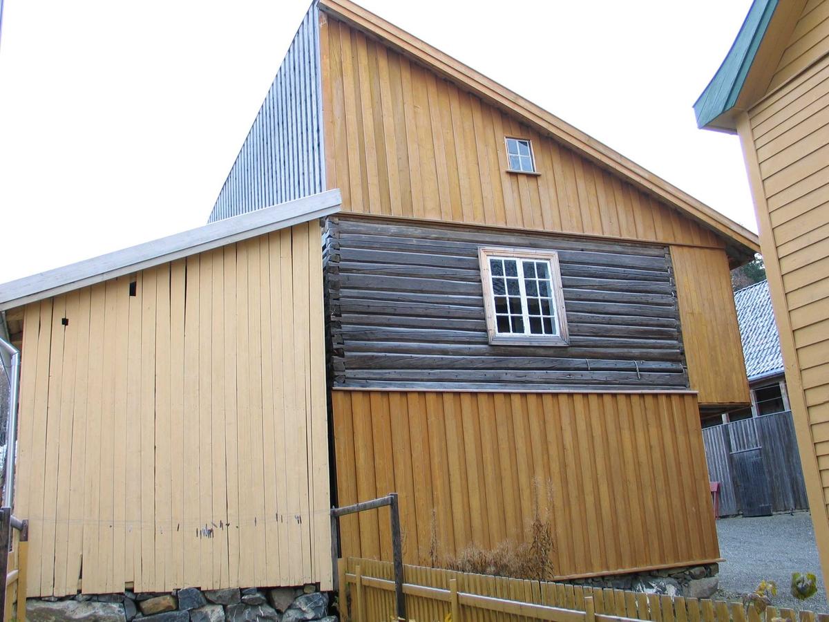Laftet bondestue i to etasjer og loft. Pulttak.