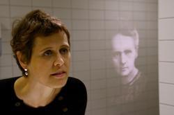 Under fire øyne med Marie Sklodowska Curie [Vegginstallasjon