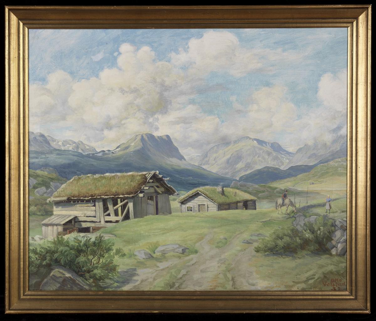 Fjelllandskap, setervoll m. 2 grå hus, i bakgrunnen blågrønne og lyse fjell, sølvtone; lysblå og grå himmel
