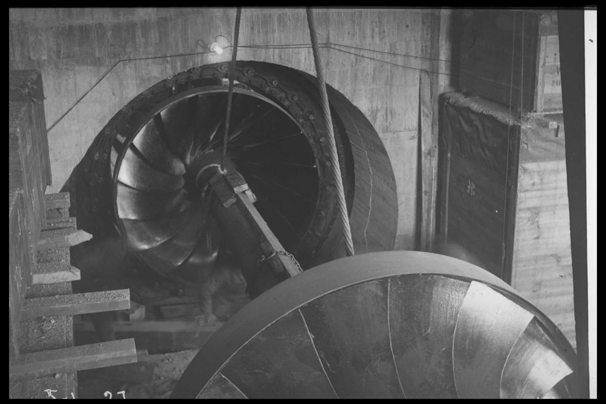 Arendal Fossekompani i begynnelsen av 1900-tallet CD merket 0010, Bilde: 21 Sted: Flatenfoss i 1927 Beskrivelse: Doble løpehjul med aksling til Francis-turbinen