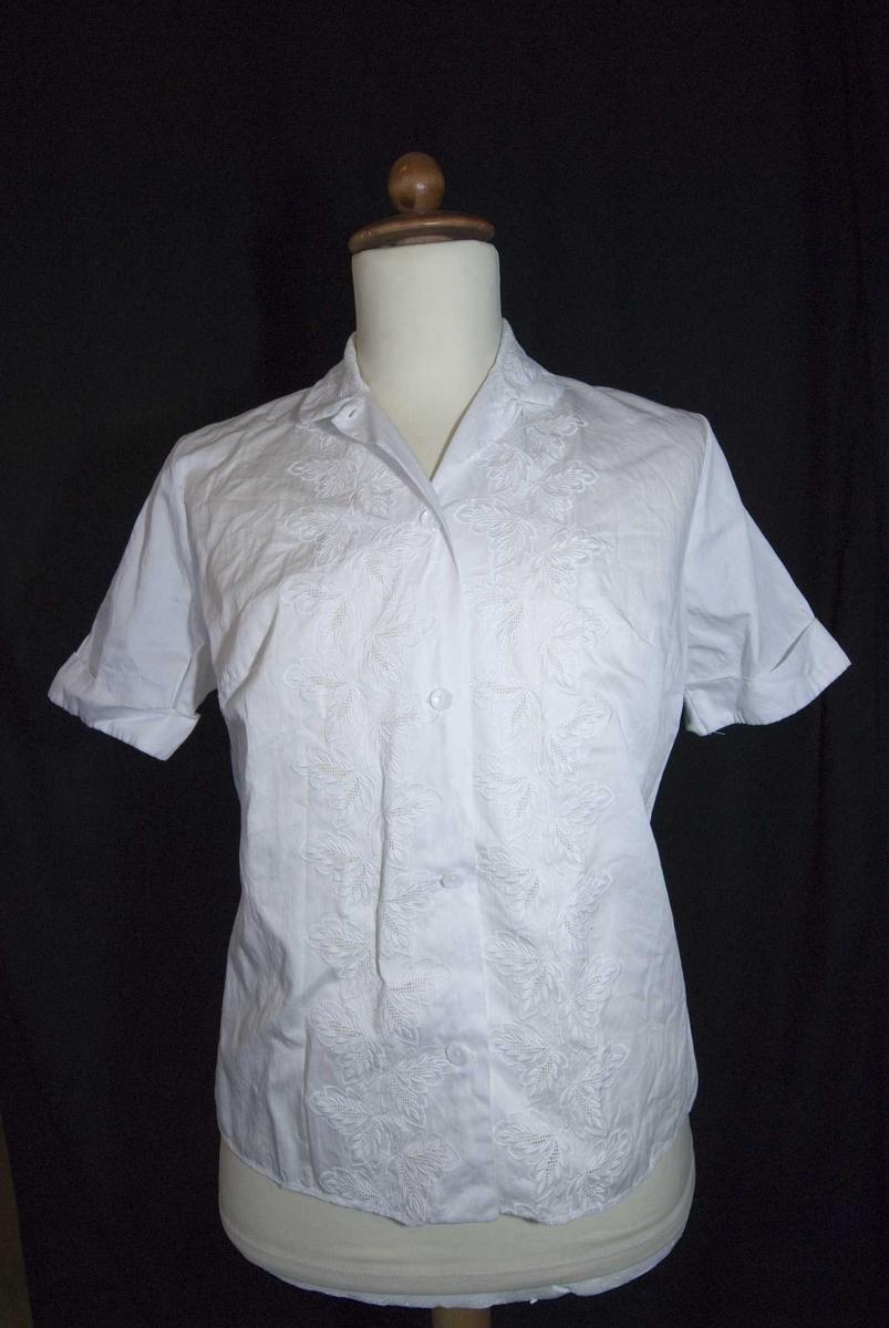 Hvit damebluse med korte ermer m/oppbredd, rund krave og broderier på kraven og på fronten.