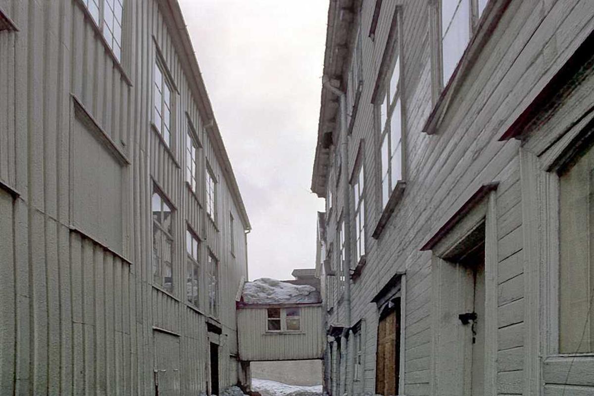 Tyholmen. Smal passasje mellom Løvolds hus og Andresens hus.