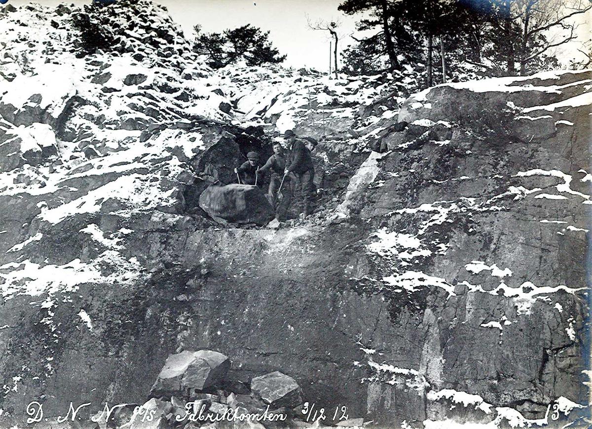 """""""03/12-1912"""" Nitriden. Utsprengning og planering av fabrikktomten. Stor steinblokk rulles ut med spett og handmakt."""
