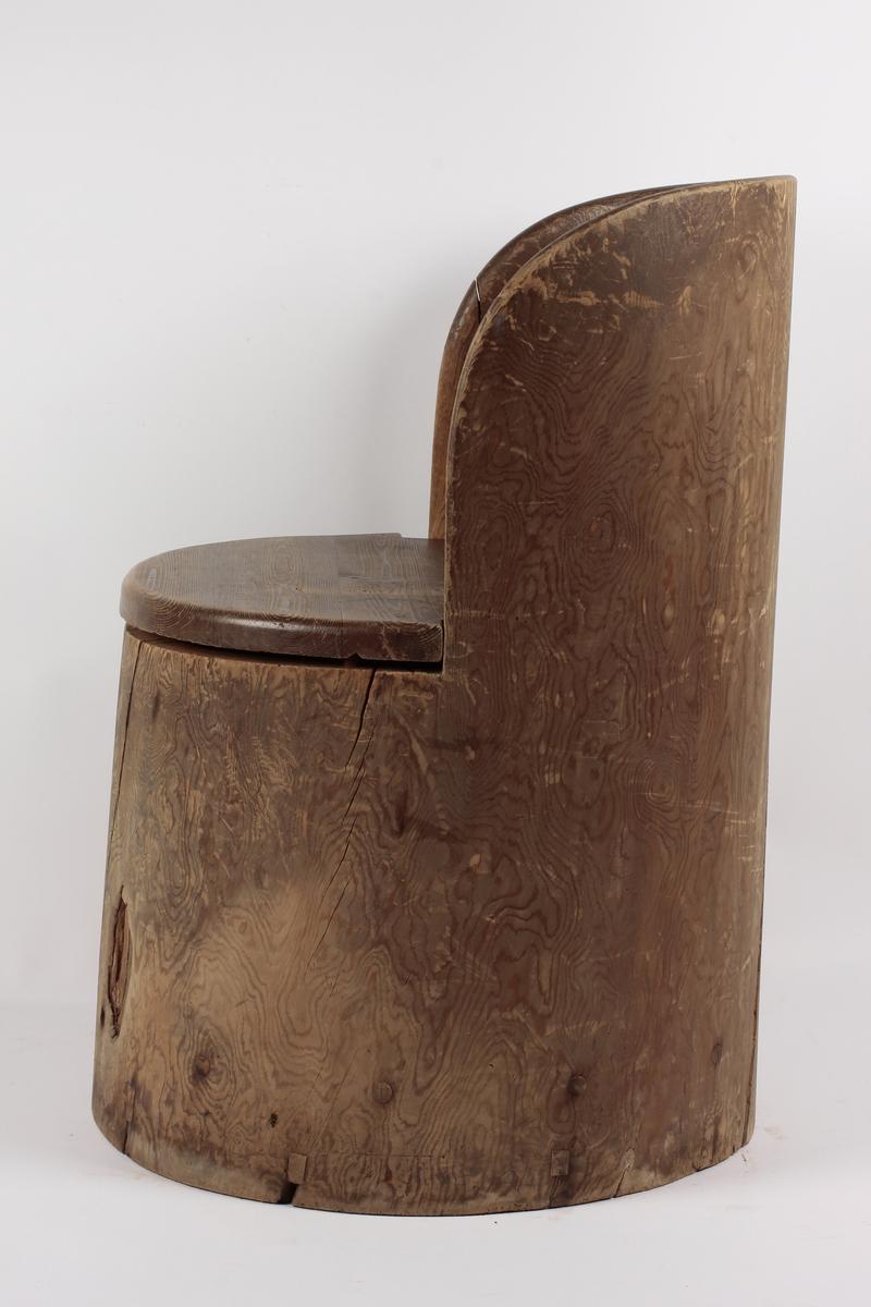 Form: Bueformet rygg, utskåret hjerte. Sekundær bunn. Påført tekst på setet.