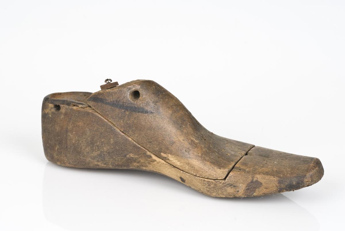 Tremodell i to deler; lest og overlest. Venstrefot. Lestekam av skinn. Ingwen merking av skostørrelse.
