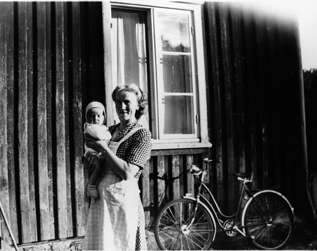 Mor og barn utenfor skolehuset, Losby.