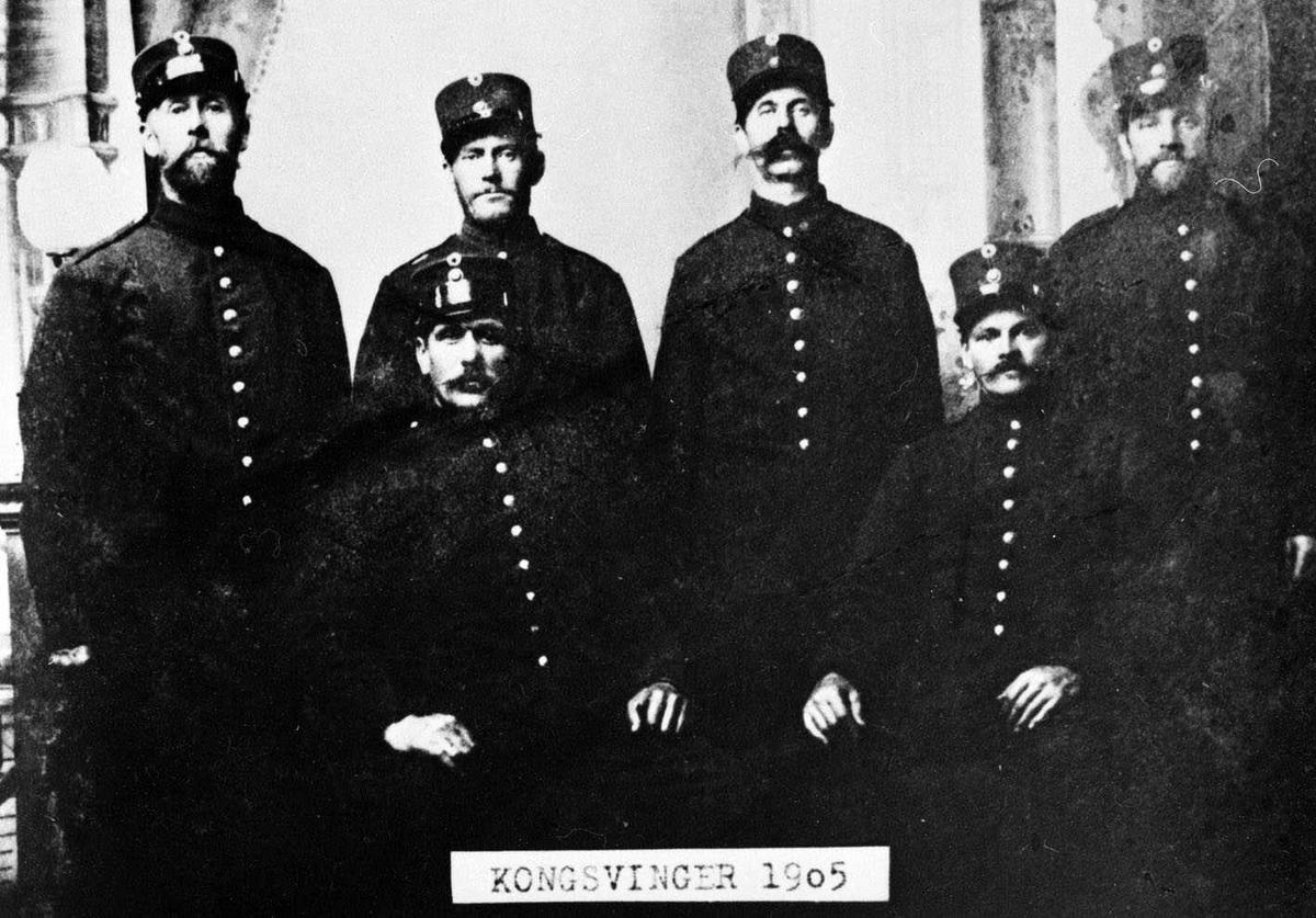 Soldater på Kongsvinger 1905. Første rekke fra v.: Johan Kjus, Hans Kleven (eierens far). Annen rekke nr.2: Johan Fredriksen Valstad, nr. 3 Johan Valstad