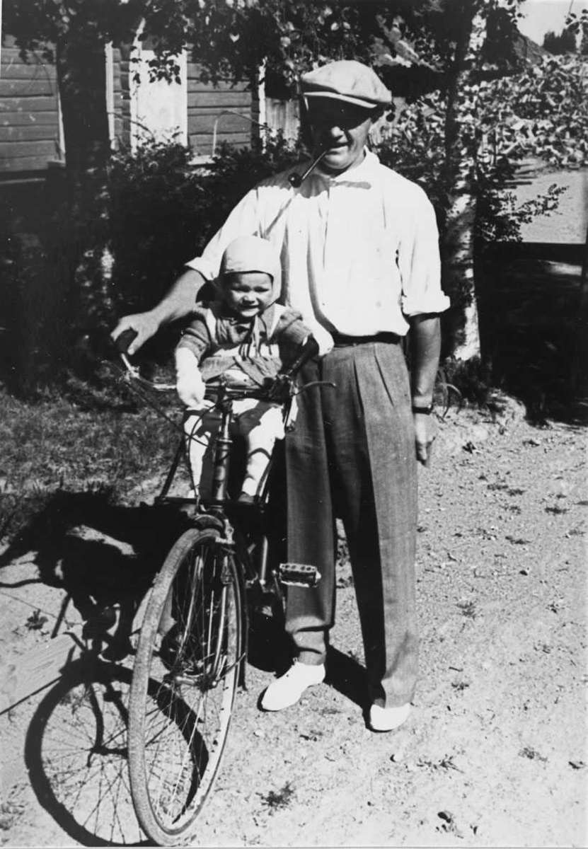 Paul A. Balterud og sønnen Knut på sykkel.