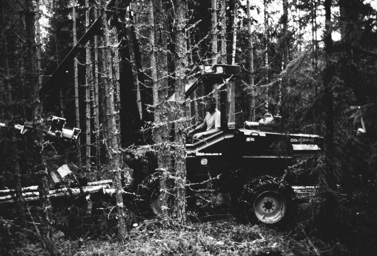 Moderne skogsdrift med spesialmaskiner.