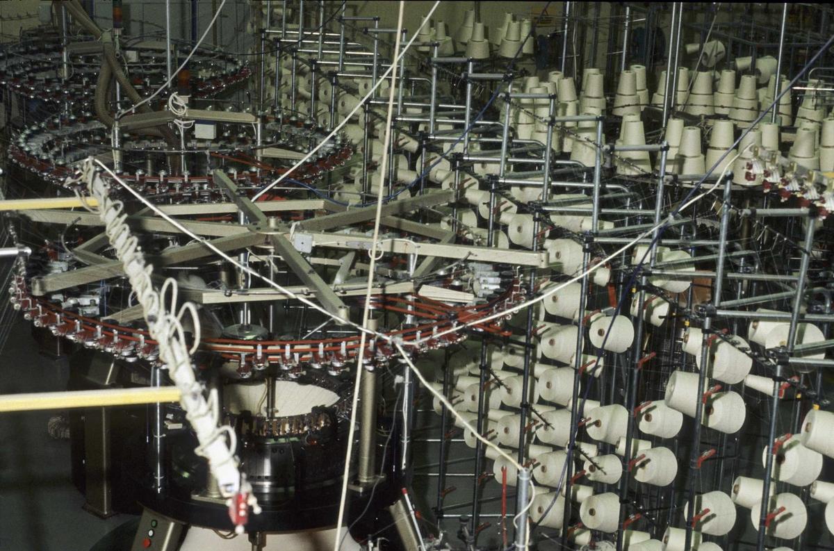 Dovre Fabrikker, T-skjorte produksjon, strikking av trikotasje, trådsneller med føringer til strikkemaskinene