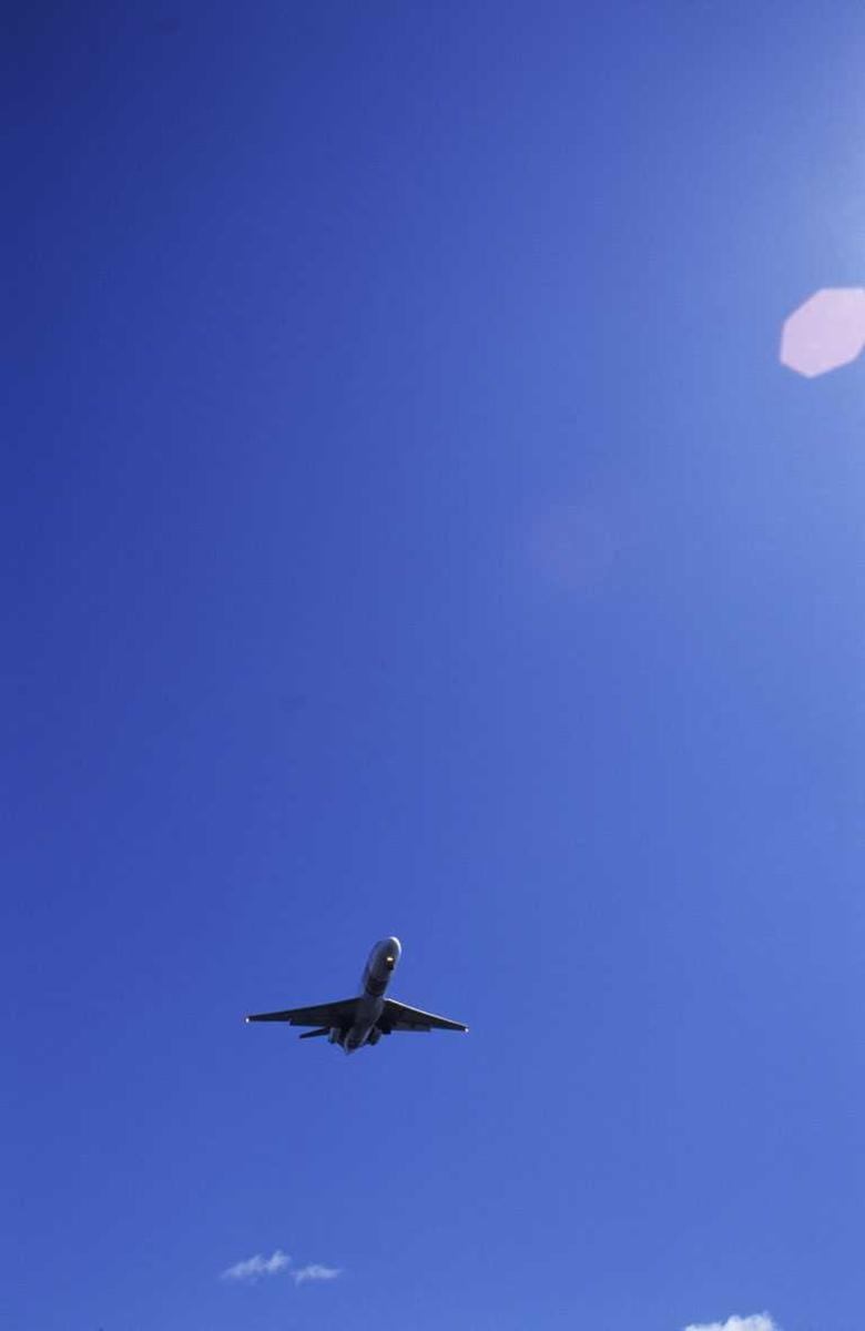 Fly mot blå himmel på Fornebu flyplass, siste dag før stenging av flyplassen. Variasjoner over samme tema.