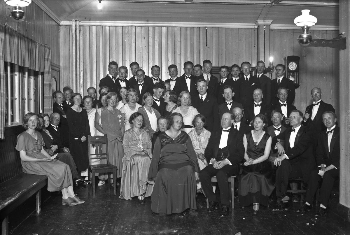 Forsamling. Gunda Enge (d. i 1947) på andre rad forfra.