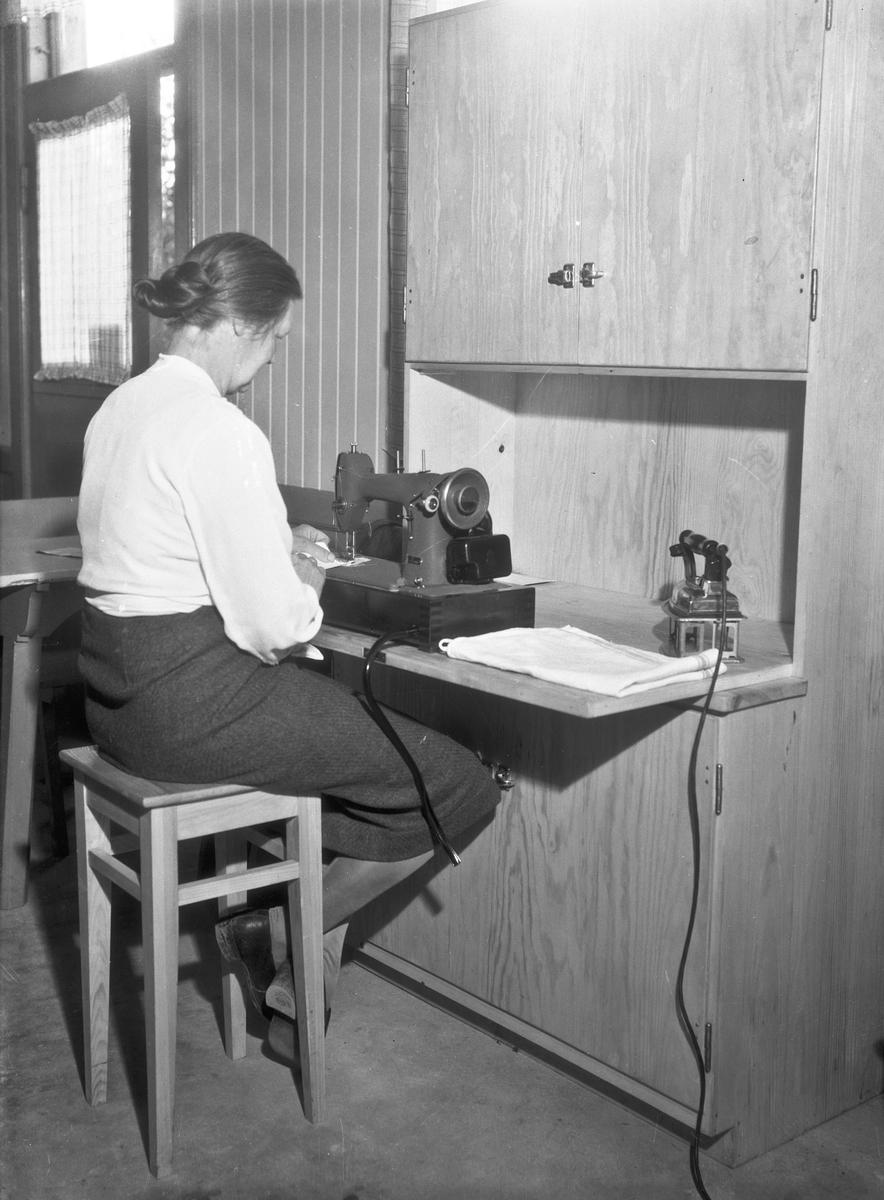 Fru Vilberg. Skap for symaskin.