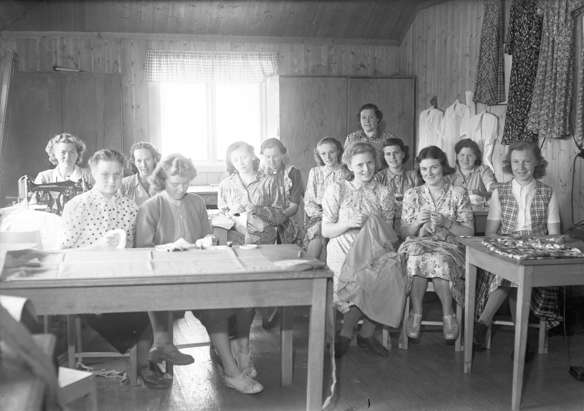 Hurdal Verk. Jenter som strikker og syr.