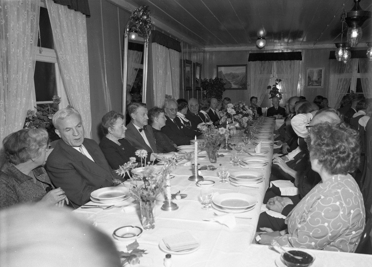 Langset Kirke. 100 års jubileum 18. okt. 1959. Jubileumsmiddag. Fra v.: Bjarne Svare, x, x, x, x, x, Aksel Kragseth.