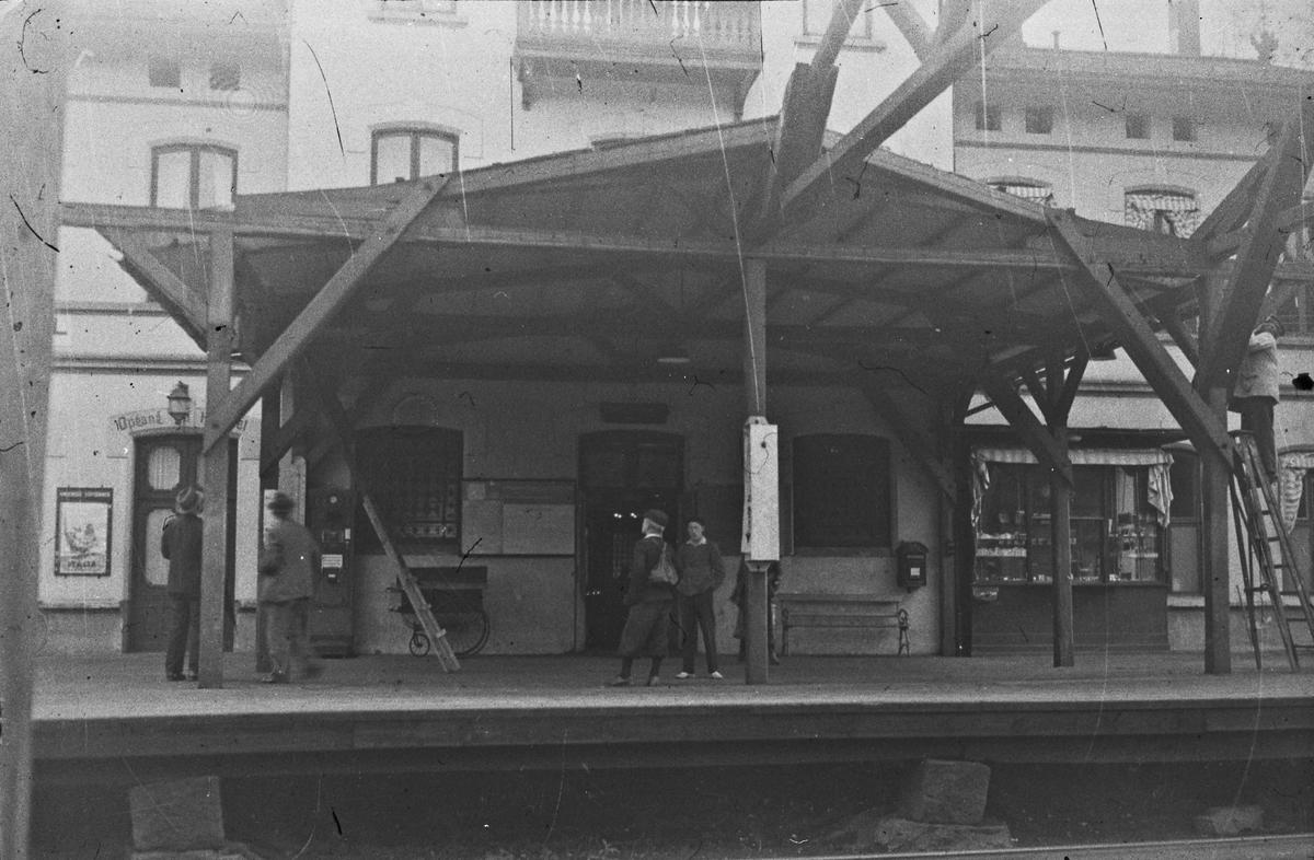 Eidsvoll jernbanestasjon og hotell. Det ser ut som det arbeides med overbygget som ble ferdig en tid etter 1880. Den nye stasjonsbygningen i betong var ferdig i 1880.