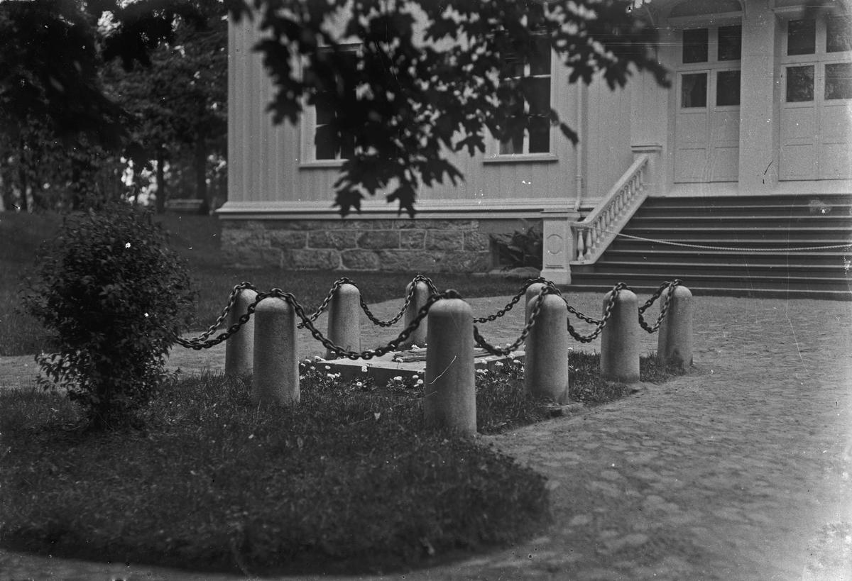 Carsten Ankers grav utenfor Riksbygningen på Eidsvoll Verk