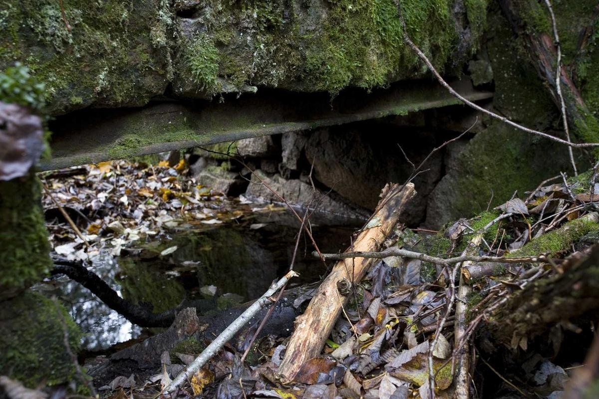 Aas gård, sagruin, detalj av muren over vannkanalen, innlagt stålbjelke