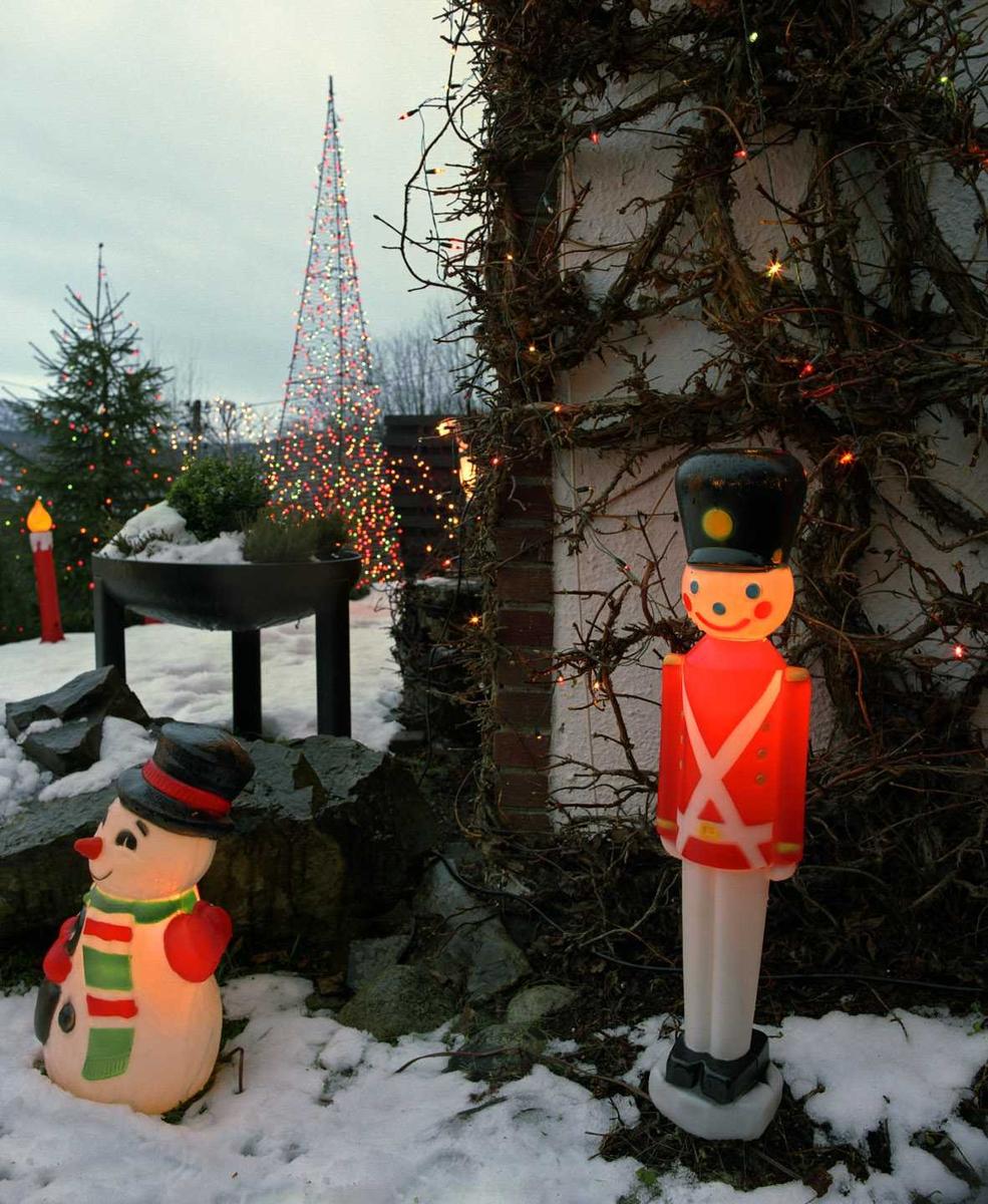 Julebelysning  Fantastisk julebelysning på enebolig. Lysende soldat og snømann. Flerfarget lys i lenke på husvegg og flerfarget lysende pyramide i hagen.