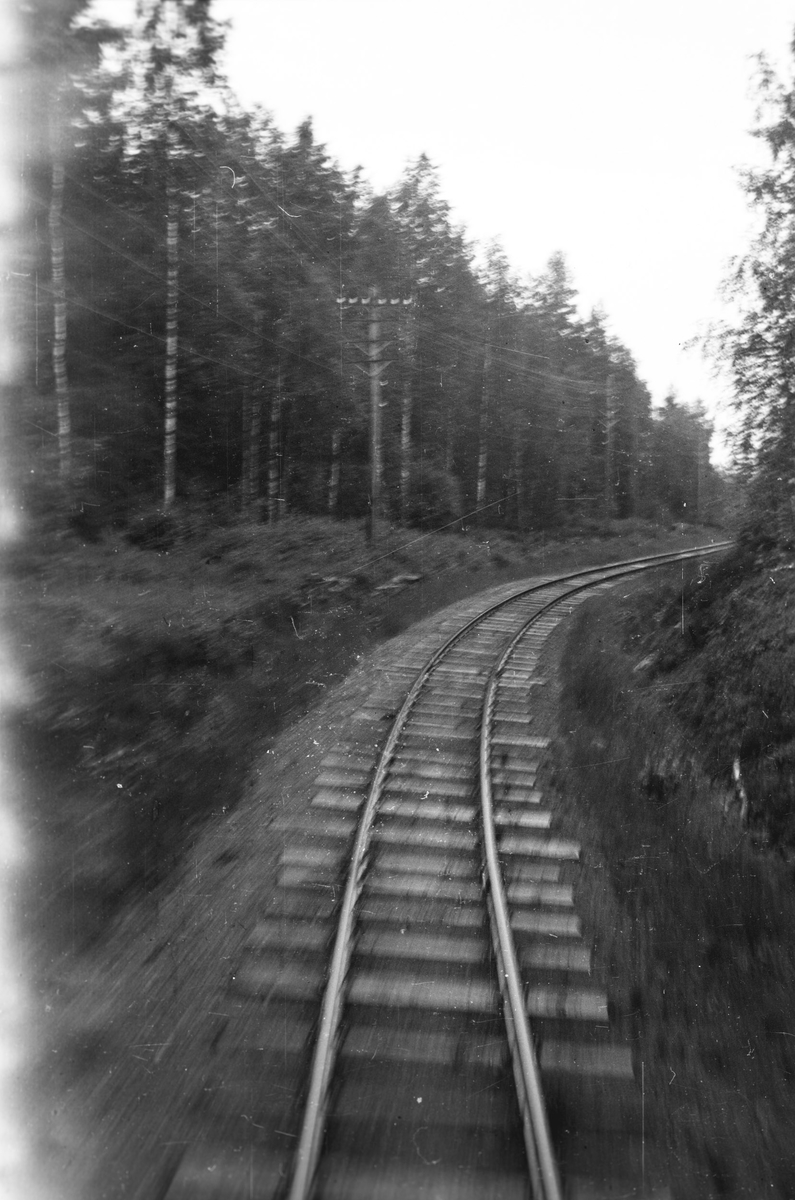 Toget underveis ned Harkerudbakken på strekningen Killingmo - Mork. Foto tatt fra endeplattformen på bakerste vogn.