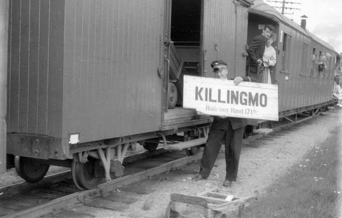 Et av de siste ordinære tog på Urskog-Hølandsbanen ved Killingmo stasjon. Overkonduktør Rolf Ødegård laster inn gjenstander som skal til Jernbanemuseet på Hamar.