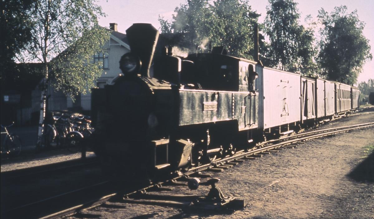 Tog 2066 fra Bjørkelangen ankommer Sørumsand stasjon.