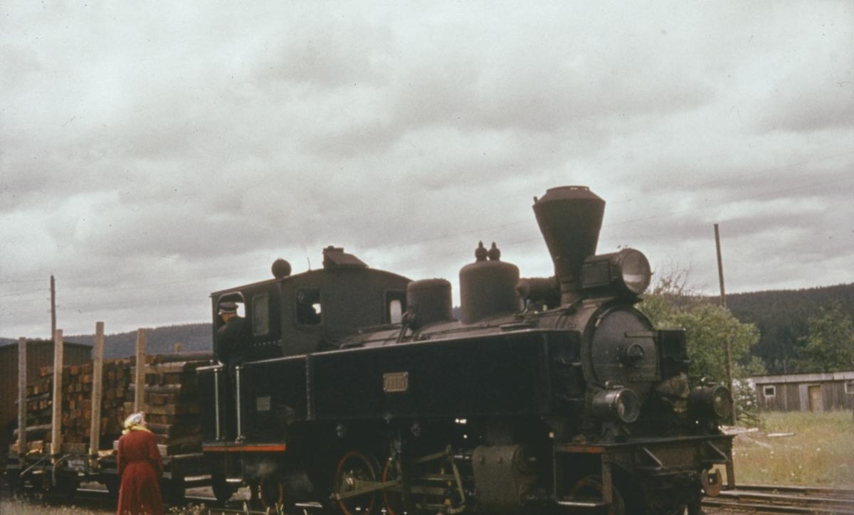 Lokomotivet kobler til togstammen på tog 2058 til Sørumsand, siste driftsdag.
