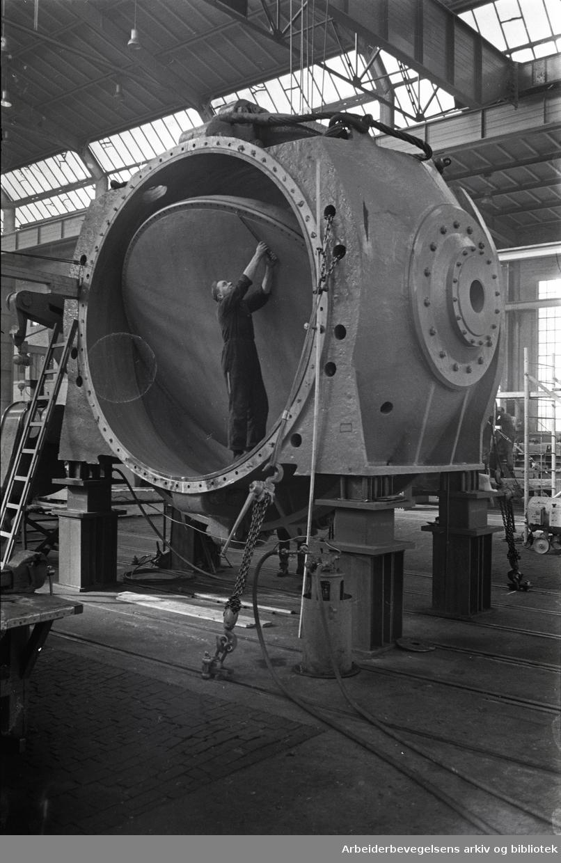 Kværner Brug - vannspring som veier 90 tonn skal fraktes til Tokke, .mars 1964