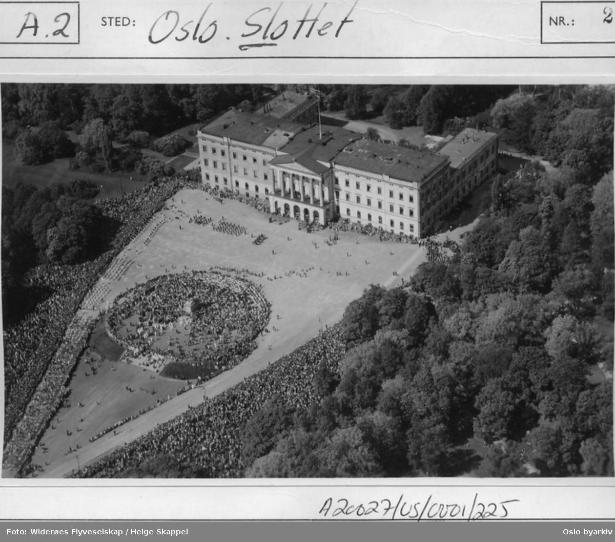 Slottsplassen på 17. mai 1950. (Flyfoto)