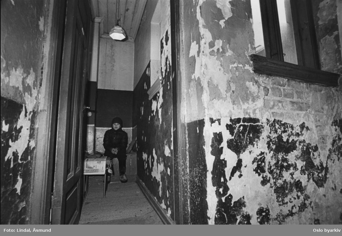 Utedo i bygård. Fotografiet er fra prosjektet og boka ''Oslo-bilder. En fotografisk dokumentasjon av bo og leveforhold i 1981 - 82''. Kontakt Samfoto ved ev. bestilling av kopier.