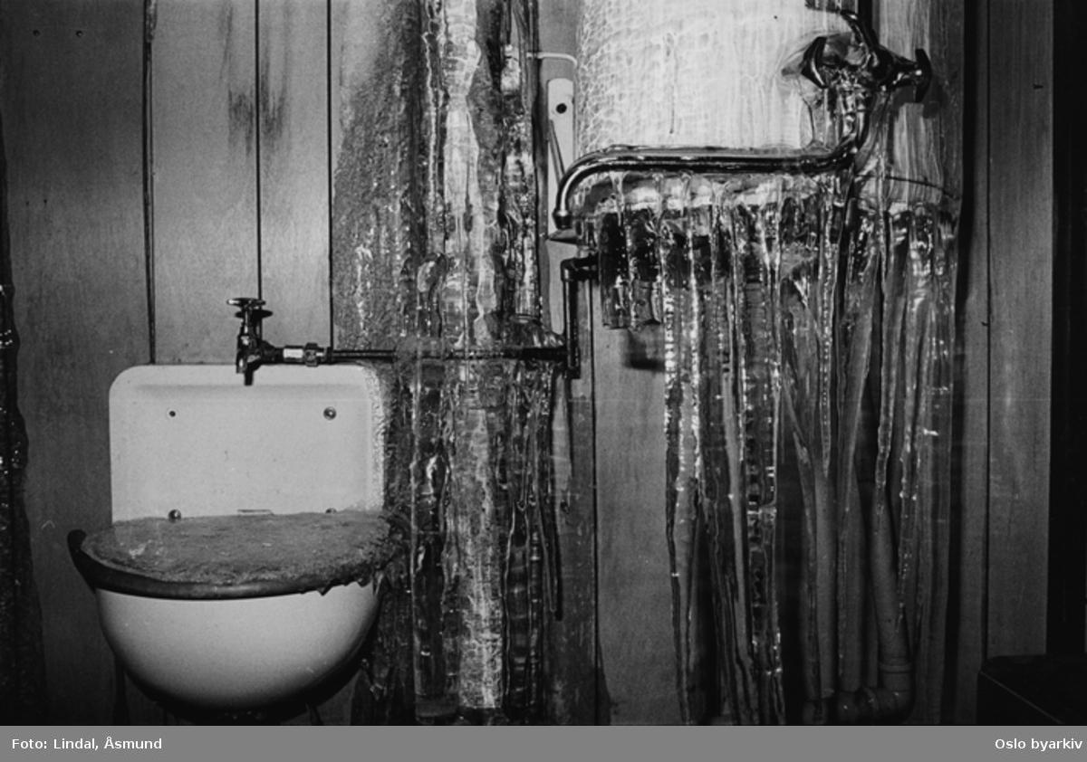 Frossent vann i utslagsvask og på varmtvannsbereder. Istapper. Fotografiet er fra prosjektet og boka ''Oslo-bilder. En fotografisk dokumentasjon av bo og leveforhold i 1981 - 82''. Kontakt Samfoto ved ev. bestilling av kopier.