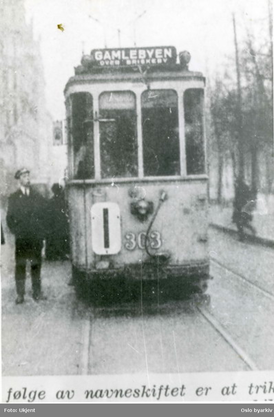 Oslo Sporveier. Trikk motorvogn 303 type SS (Blåtrikk) linje 1, Majorstuen-Gamlebyen, her i Stortingsgata (originaltittel således misvisende). Bildet tatt 1. januar 1925: Kristiania har skiftet navn til Oslo og bydelen Oslo til Gamlebyen (trikkeansatt betrakter navneoppdateringen).