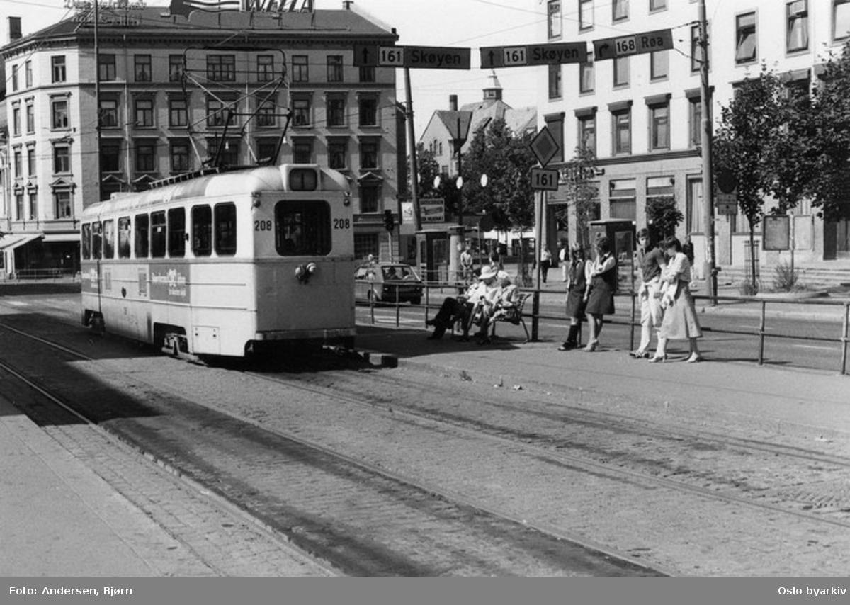 Oslo Sporveier. Trikk motorvogn 208 type Høka MBO linje 1. Vognbetjeningen (to damer) slapper av i sola på endeholdeplassen i Kirkeveien ved Majorstukrysset.