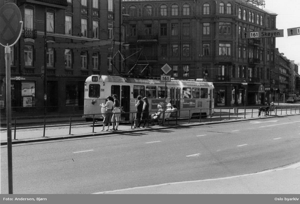 Oslo Sporveier. Trikk motorvogn 208 type Høka MBO linje 1. Vognbetjeningen (to damer) slapper av i sola på endeholdeplassen i Kirkeveien.
