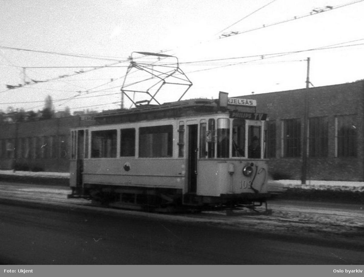 Oslo Sporveier. Kjelsåstrikken. Trikk motorvogn 102 type SS (fra 1914) i Storoveien langs Grefsen vognhall.